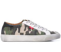 Sneakers im Camouflage-Look