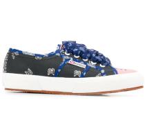 Sneakers mit Bandana-Print