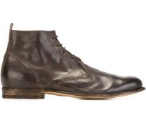 Stiefel mit Schnürsenkeln
