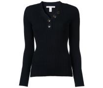 Gerippter Pullover mit dekorativen Knöpfen