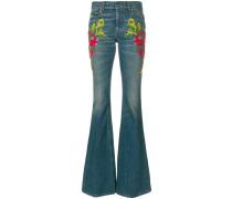 Ausgestellte Jeans mit Verzierungen