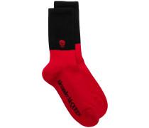 Zweifarbige Socken mit Totenkopf