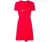 Kleid mit Sicherheitsnadel-Applikation