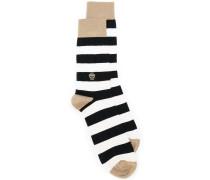 Gestreifte Socken mit Totenkopfmotiv