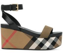 Karierte Sandalen mit Keilabsatz