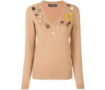 Pullover mit dekorativen Knöpfen