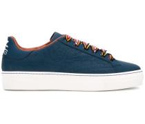 Sneakers mit kontrastfarbiger Schnürung