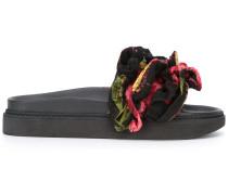Sandalen mit floraler Applikation