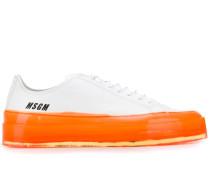 Sneakers mit neonfarbener Sohle