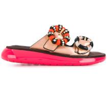 Sandalen mit Broschen