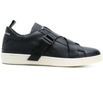 Sneakers mit überkreuztem Riemen