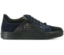 Sneakers mit kontrastierenden Einsätzen
