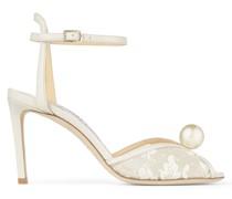 Sacora 85 Sandaletten aus elfenbeinfarbener Spitze mit Blumenverzierung und Perle