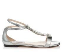 Averie Flat Sandalen mit Riemen aus flüssigem Glanzleder in Silber mit silbernem Kristallstück