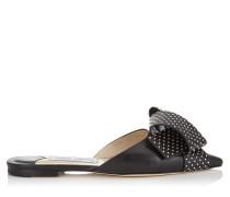 Gretchen Flat Flache Schuhe mit spitzer Zehenpartie aus schwarzem Ziegenleder und Schleife mit silbernen Nieten