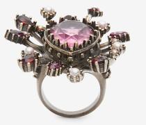 Ring mit rosafarbenen Schmucksteinen