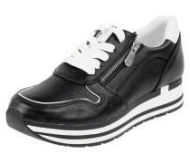 Sneaker mit Perforierungen