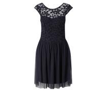 Kleid aus Häkelspitze und Tüll