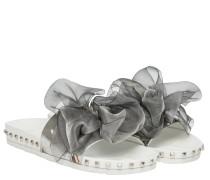 Slides aus Leder in Silber