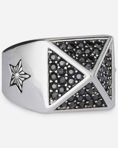 Ring mit strassbesetzter Pyramide