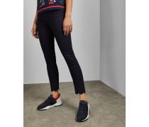 Dunkle Jeans mit Stickereien