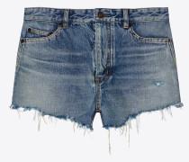 Weite Shorts in hellem Blau mit abgenutzter und schmutziger Optik sowie unvernähtem Saum
