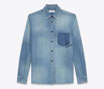 oversize-hemd aus blauem vintage-denim mit angedeuteter, bestickter tasche