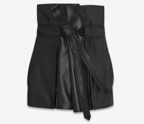 hochgeschnittener minirock mit schwarzer lederschleife