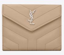 Kompaktes Loulou Portemonnaie aus dunkelbeigem Glanzleder mit Y-Steppnähten