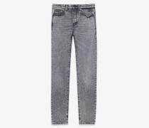 jeans aus ausgebleichtem schwarzem denim mit stickerei und patches