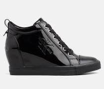 Sneakers aus Lack-Kunstleder mit Keilabsatz
