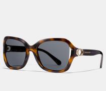 Charakteristische Sonnenbrille mit Metalldetails