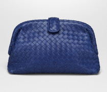 THE LAUREN 1980 CLUTCH MIT OBERFLÄCHE AUS INTRECCIATO NAPPA IN COBALT BLUE