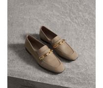 Loafer aus Lackleder mit Kettendetail