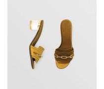 Slides aus Satin mit Absatz und Kettendetail