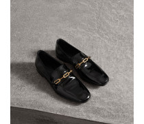 Loafer aus Lackleder mit Kettendetail