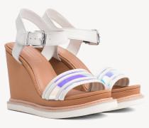 Keilabsatz-Sandale und schillerndem Riemen