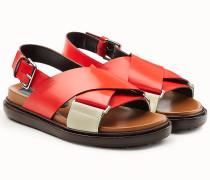 Sandalen aus Leder mit gekreuzten Fußriemen
