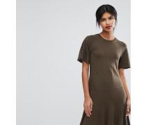 Exklusives Jersey-Kleid mit nach hinten abfallendem Saum