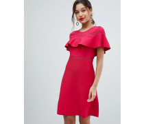 Figurbetontes Kleid mit Rüschenlage
