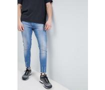 Enge Jeans mit Fransensaum