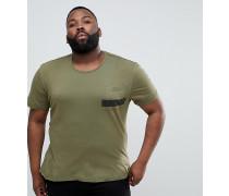 PLUS - Khaki T-Shirt mit gestreiften Taschen und abgestuftem Saum