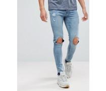 Jeansshorts in mittlerer Waschung mit Zierrissen