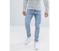 Eng geschnittene Jeans mit Logo-Schildchen hinten