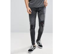 Enge Jeans mit Rissen und ungesäumten Kanten