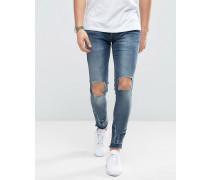 Eng geschnittene Jeans mit Rissen und umgeschlagenem Saum