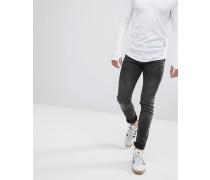 Enge Jeans mit verdrehtem Saum