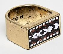 Rechteckiger Siegelring in poliertem Gold mit gemustertem Stoffdetail