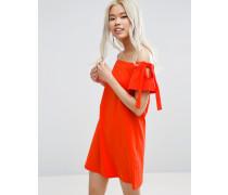 Schulterfreies Kleid mit Schnürung an den Ärmeln