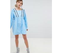 Vorne geknöpftes Babydoll-Kleid mit überkreuztem Design hinten